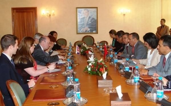 M. Amrani s'entretient avec le Ministre britannique chargé des Affaires du Moyen-Orient et de l\'Afrique du Nord